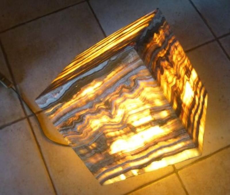 """Aragonite (""""Onyx"""") lamp, cube 24 cm on the egdes, with electrical installation, 1 piece"""