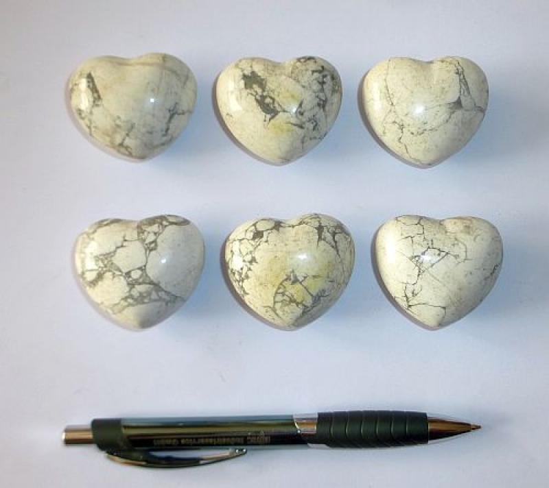 Heart made of howlite/magnesite, untreated, app. 4 cm, 10 pieces